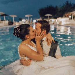 Matrimonio in piscina con sposi al centro parco archea